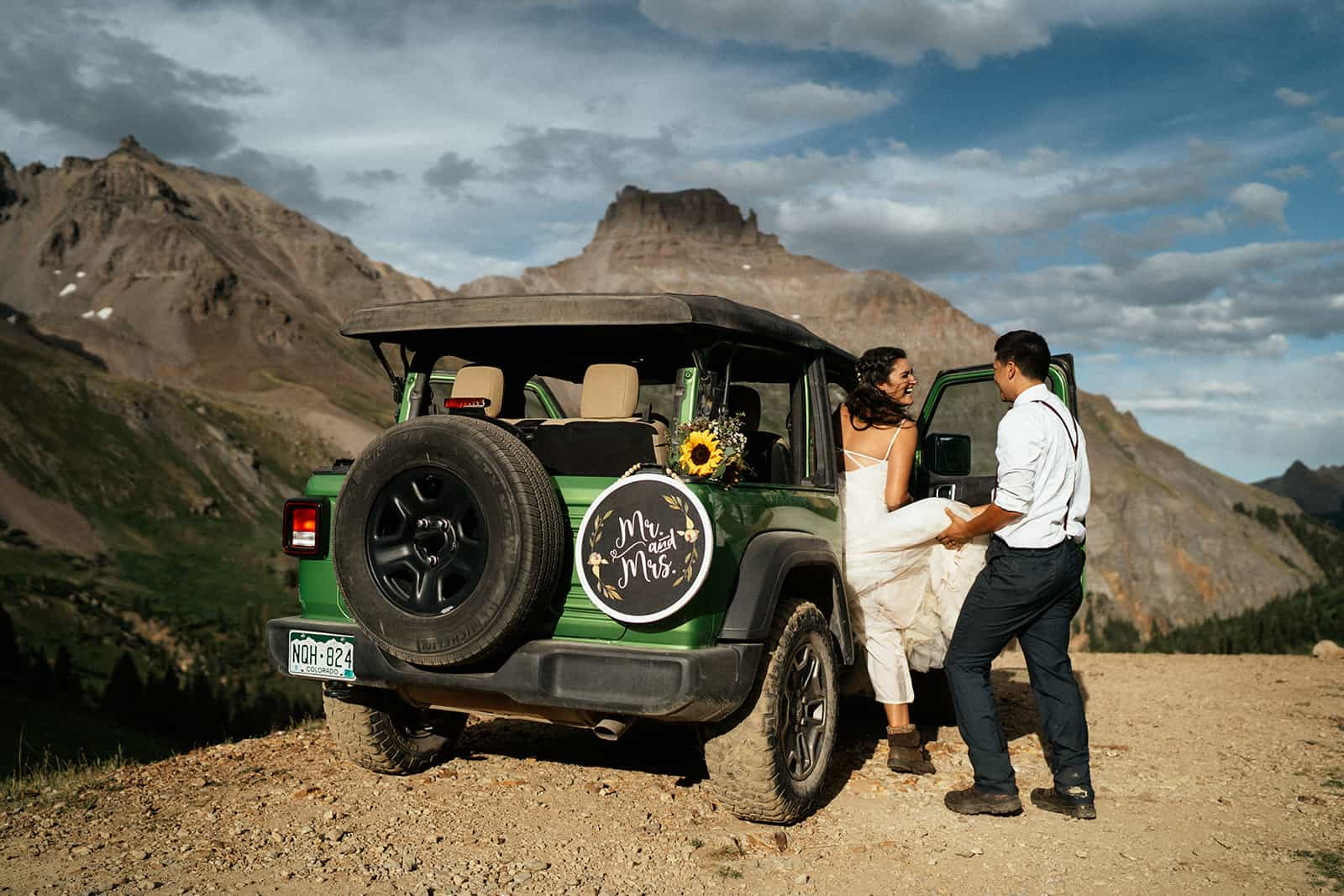 couple getting in jeep at colorado elopement